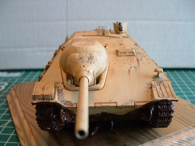 Voorkant van de Jagdpanzer 38 (t) Hetzer tank destroyer modelbouw.