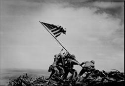 Amerikaanse soldaten hijsen de vlag op Mount Suribachi in 1945